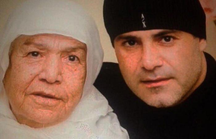 عاصى الحلانى يستعيد ذكرياته بصورة مع والدته: عايشة فى قلبى ولا مثيل لحبها