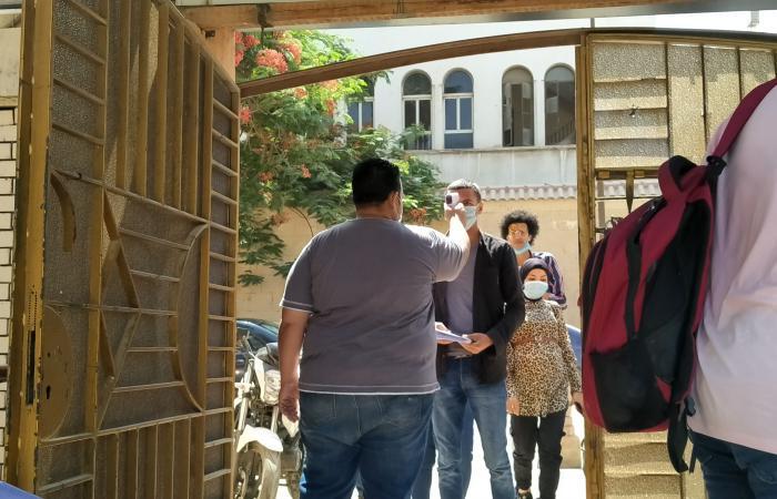 توقيع الكشف الحرارى على طلاب جامعة حلوان خلال امتحانات نهاية العام.. صور