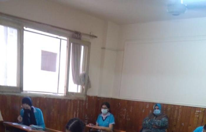 طلاب الشهادة الإعدادية بالقاهرة يبدأون امتحان الدراسات وسط الإجراءات الاحترازية