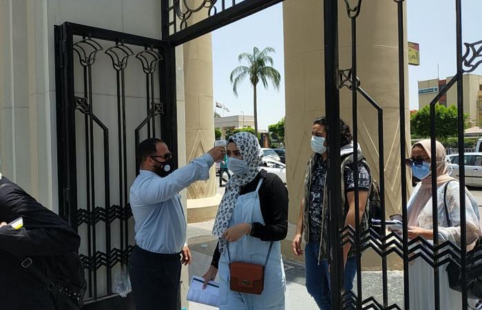 كشف حرارى على بوابات جامعة عين شمس لمنع دخول الامتحان بدون كمامة.. صور