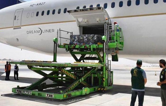 بالصور.. مغادرة طائرة مساعدات إلى تونس تحمل الدفعة الأولى من الأكسجين الطبي