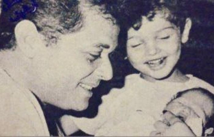 كريم محمود عبد العزيز يكشف عن صورة نادرة من الطفولة مع والده الراحل