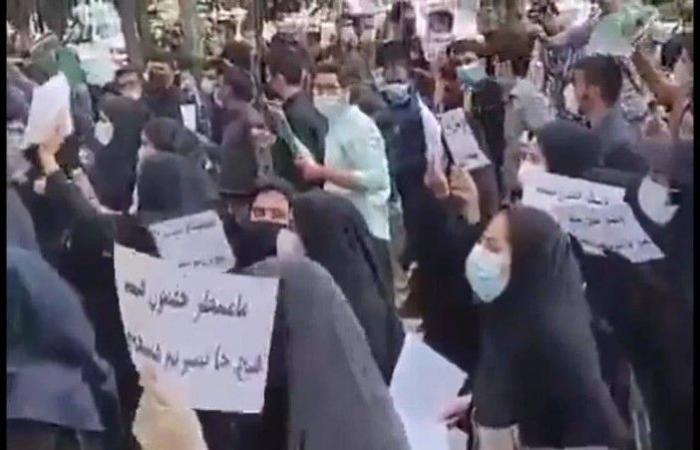 مسيرة حاشدة تطالب بالتوظيف.. طهران تنتفض ضد البطالة