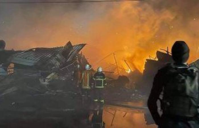 حريق ضخم بالقرب من مستشفى بمنطقة الكرادة وسط العاصمة العراقية بغداد