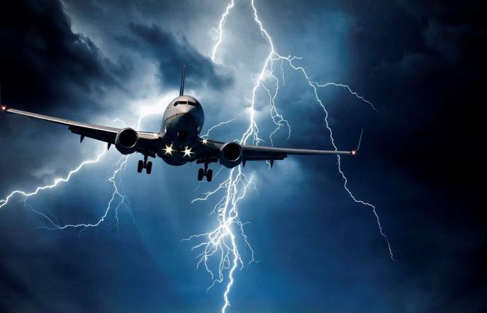 بالفيديو.. صاعقة تضرب طائرة والذعر يسيطر على الركاب