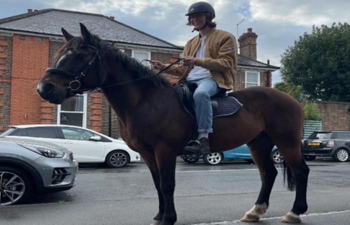 تخطى طوابير الانتظار في محطات الوقود بالحصان.. بريطاني يحتج على الأزمة بطريقته الخاصة
