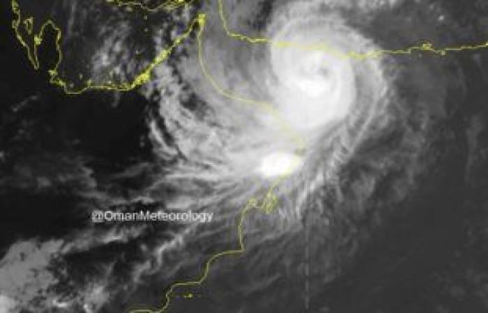 سلطنة عمان: تلقينا بلاغا بانهيار جبل على سكن عمالى فى مسقط بسبب إعصار شاهين