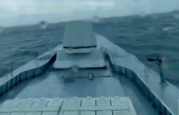 لحظة دخول السفينة الحربية السعودية جلالة الملك أجواء إعصار شاهين