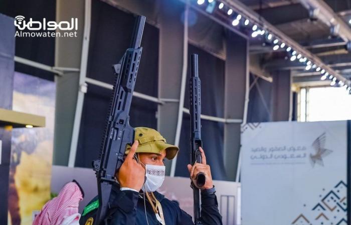 شاهد.. أحدث أسلحة وتقنيات الصيد بمعرض الصقور
