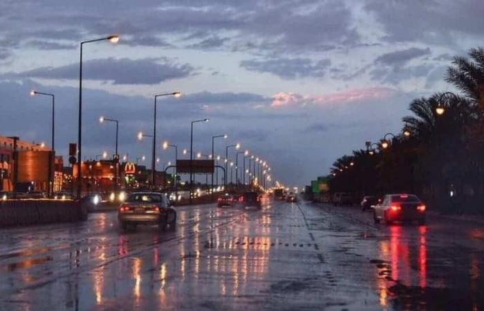 سحب رعدية وأمطار رعدية غزيرة وجريان للسيول على 7 مناطق