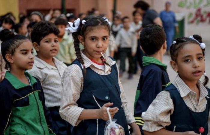 التعليم المصرية تحقق في واقعة رفع الطلاب لعلم فرنسا في أول يوم دراسي