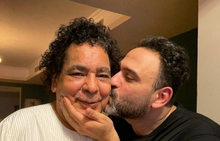 """أحدث ظهور للكينج محمد منير بـ""""الجلابية"""" فى عيد ميلاده مع أكرم حسنى"""