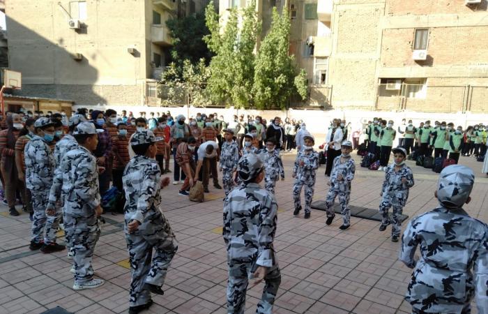 طلاب مدرسة بالقاهرة يحتفلون بانتصارات أكتوبر فى أول يوم دراسة.. صور