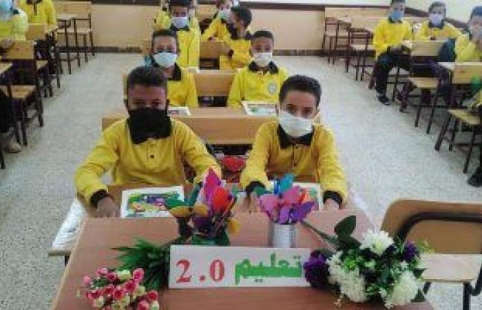 بالورود وعلم مصر.. التلاميذ يبدأون يومهم الدراسى وسط إجراءات احترازية.. صور